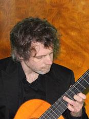 Simon Nissen spielt Gitarre